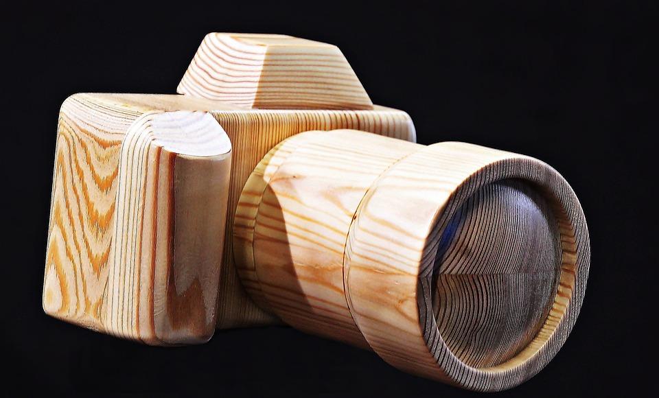 木製のカメラ アウトドアで写真撮影